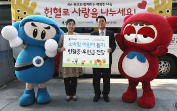 박이선 넥슨 사회공헌 실장(왼쪽)이 서선원 한국백혈병어린이재단 사무국장에게 현혈증 및 후원금 증서를 전달하고 있다.
