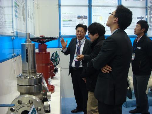 최영환 코벨 사장(맨 왼쪽) 벡스코에서 열린 국제해양플랜트전시회에서 바이어와 관람객에게 초고압 컨트롤 밸브를 소개하고 있다.