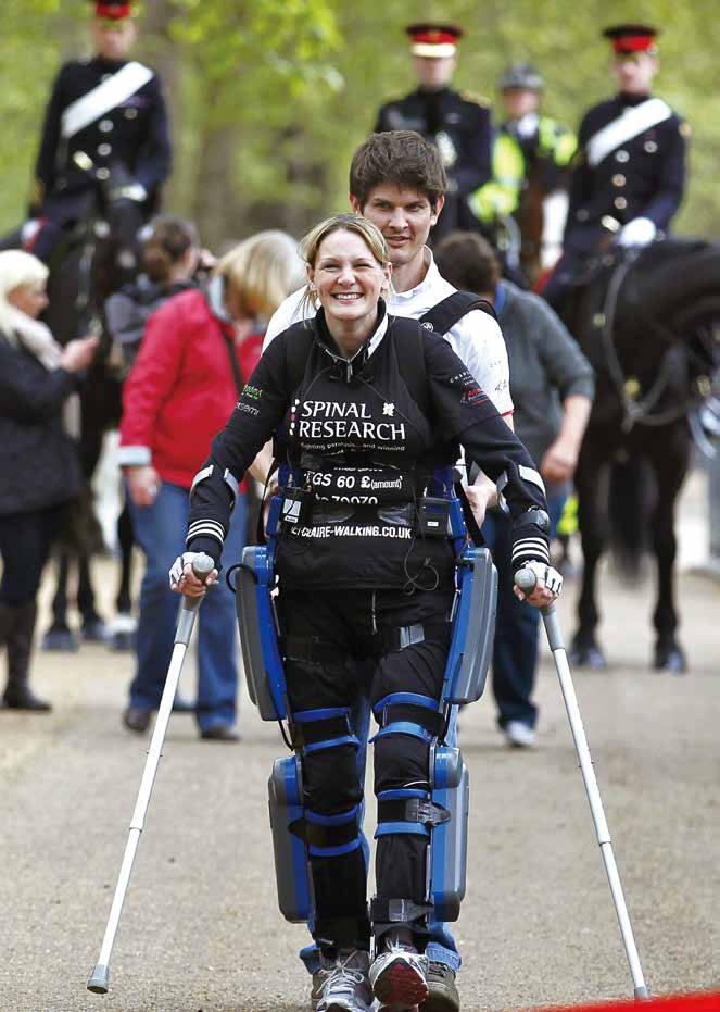 클레어 로머스 씨가 로봇다리를 장착하고 16일 동안의 힘겨운 레이스를 펼친 끝에 지난해 영국 런던 마라톤대회 결승선을 통과하며 환하게 웃고 있다. 뒤에 선 이는 남편 댄 스파이서 씨.