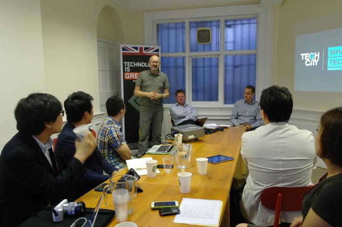 11일 런던에서 영국 무역투자청의 아드리언 티퍼(Adrian Tipper) 수석 비즈니스개발 담당이 한국 스타트업 대표들에게 테크시티의 강점에 대해 설명하고 있다.