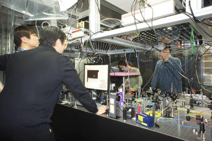 SK텔레콤 퀀텀테크랩 연구원들이 광학실험실에서 양자암호 상용장비의 성능개선을 위한 실험을 하고 있다.