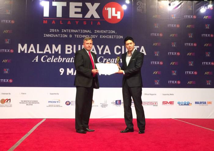 도어락 제조업체 푸시풀시스템은 지난 8일에서 10일까지 3일간 열린 말레이시아 국제발명전에서 금상 포함 4개의 상을 수상했다. 송인회 푸시풀시스템 대표가 미갈 쇼타 폴란드발명협회장으로 부터 특별상을 수상하고 있다.