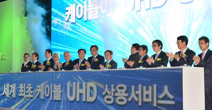 우리나라 케이블TV 업계는 세계 최초로 초고화질(UHD) 방송을 상용화 했다. 지난달 10일 열린 '2014 디지털케이블TV쇼'에서 최문기 미래창조과학부 장관, 양휘부 한국케이블TV방송협회장 및 주요 인사가 '케이블 UHD 상용화 선포식'을 진행했다.