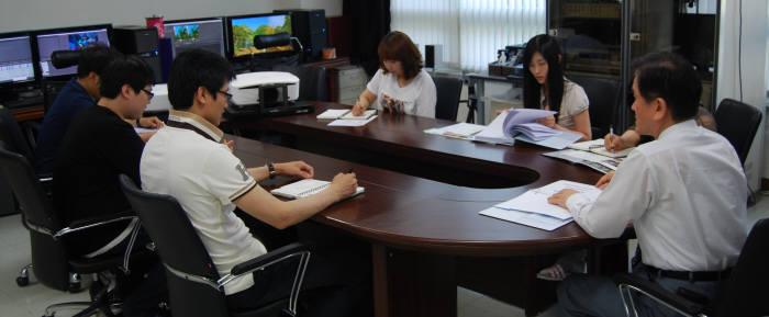 이상룡 에이앤디쓰리디 대표(맨오른쪽)가 직원들과 기술개발 및 마케팅 회의를 하고 있다.