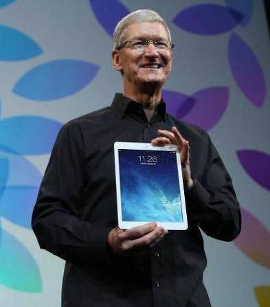 지난해 신제품 출시 행사장에서 팀쿡 애플 CEO가 아이패드 에어를 선보이고 있다.