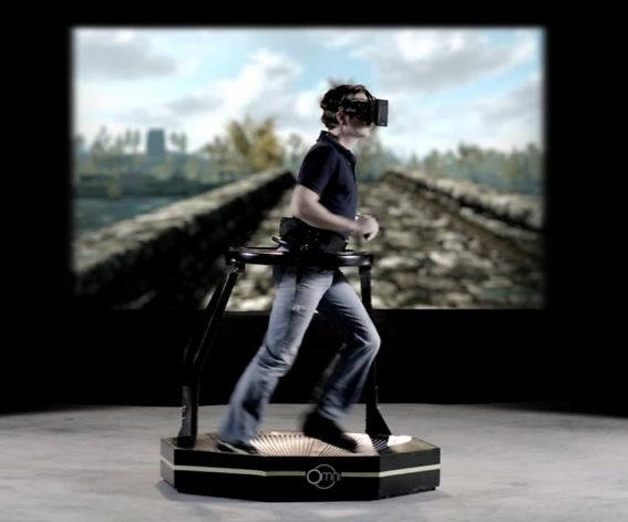 버툭스 옴니는 러닝머신 형태 기기에서 걷고 뛰고 점프하면서 헤드마운트 디스플레이로 360도 가상현실 체험이 가능한 기기를 개발했다. 오큘러스의 '오큘러스 리프트'와 유사하다. 499달러(약 53만원)로 3000개의 예약 주문을 받았다. <자료:킥스타터, 버툭스 옴니>