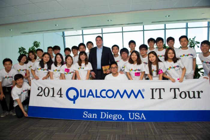 퀄컴코리아는 국내 우수 이공계 대학(원)생 29명을 퀄컴 미국 샌디에이고 본사로 초청, '2014 퀄컴 IT 투어'를 성공리에 마쳤다고 9일 밝혔다. 퀄컴 IT투어에 참가한 학생들이 기념촬영했다.