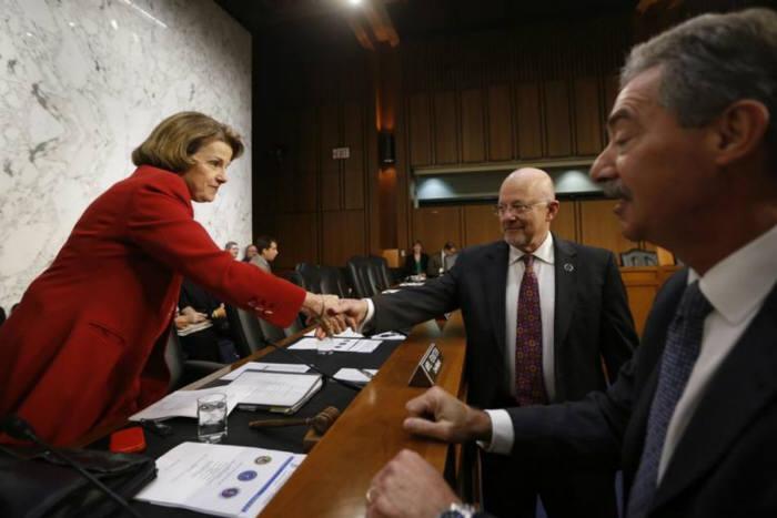 미 상원 정보위원회가 9일(현지 시각) `사이버보안법`을 통과시켰다. 다이앤 펜스타인 정보위원장(왼쪽)이 표결에 앞서 의원들과 악수를 나누고 있다.