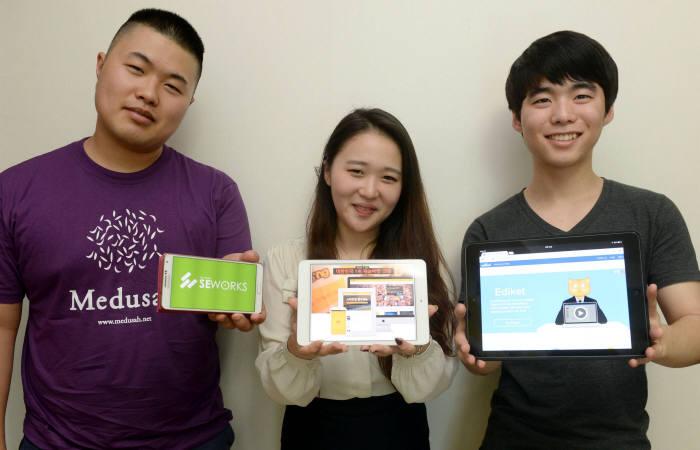 스무 살 동갑내기 김동선 SE웍스 연구원과 김시연 크몽 홍보 매니저, 이철희 에디켓 개발자(왼쪽부터)는 고등학교 졸업 후 천편일률적인 대학 진학 대신 스타트업 취업을 선택했다.