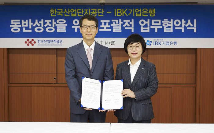 권선주 기업은행장(오른쪽)과 강남훈 한국산업단지공단 이사장이 서울 을지로 기업은행 본점에서 동반성장을 위한 업무협약을 체결하고 있다