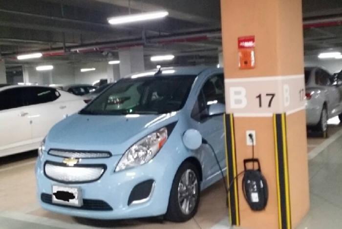 경기도 오산의 한 아파트단지 인터넷 게시판에 올라 온 전기차 사진. 휴대형 충전케이블을 사용해 충전 중이다.