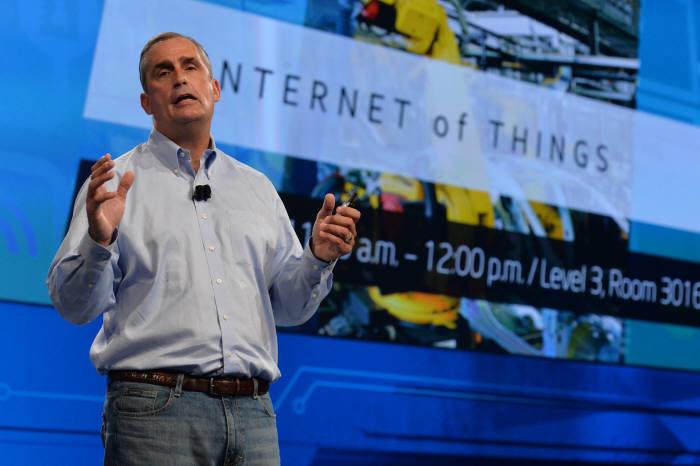 브라이언 크르자니크 인텔 최고경영자(CEO)가 9일(현지시각) 미국 샌프란시스코에서 개막한 `인텔 개발자 포럼(IDF) 2014`에서 사물인터넷 전용 칩 `에디슨`을 소개하는 기조연설을 하고 있다.