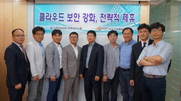 오봉근 소프트메일 대표(오른쪽 세번째)와 클루젠 조합 참여기업 CEO들이 보안을 강화한 클라우드 서비스를 위한 제휴를 체결하고 포즈를 취하고 있다.