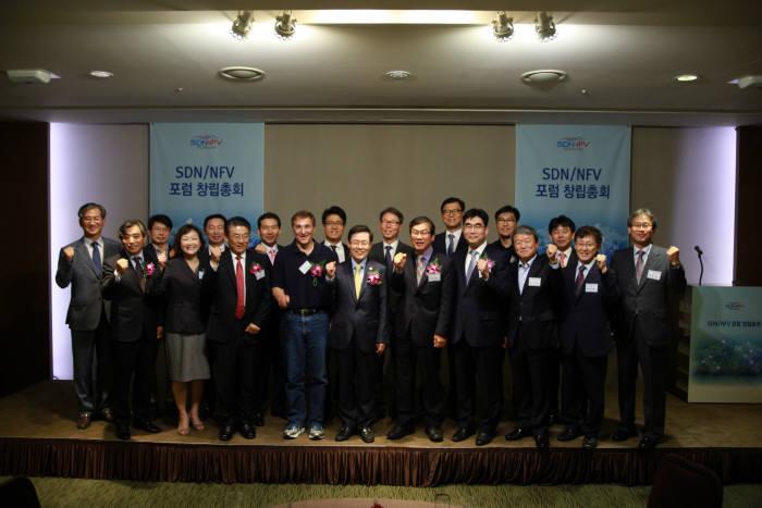 SDN/NFV 포럼이 1일 서울 양재동 엘타워에서 창립총회를 열고 공식 출범했다. 윤종록 미래창조과학부 차관(앞줄 왼쪽 다섯 번째)을 비롯해 산학연관 관계자 70여명이 참석했다.