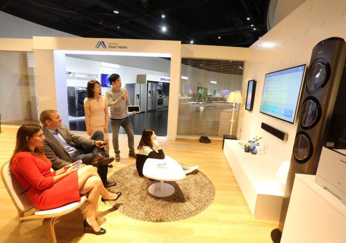 삼성이노베이션뮤지엄(SIM)에서 관람객들이 스마트홈을 시연하고 있다.
