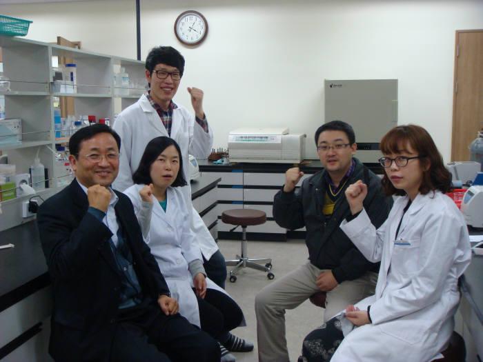 신용철 아미코젠 사장(맨 왼쪽)과 연구원들이 사내 R&D센터에서 세계 일류 바이오기업으로 성장을 다짐하며 파이팅을 외치고 있다.