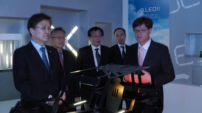 최양희 장관(왼쪽)이 14일 한국생산기술연구원 호남지역본부를 찾아 OLED 연구성과물을 살펴보고 있다.