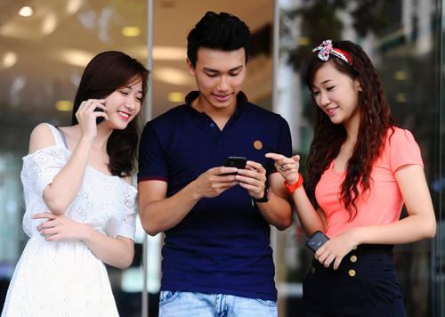베트남 사람들이 스마트폰을 사용하고 있다