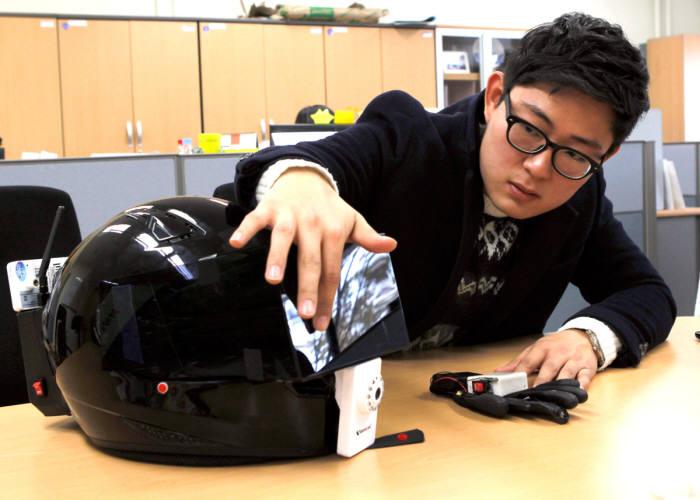 이기원씨가 자신이 개발한 `스마트 헬멧` 기능을 설명하고 있다.