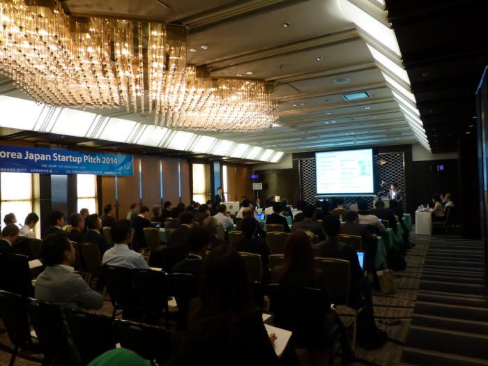 35개의 IT 중소·벤처기업들은 18일부터 20일까지 일본 도쿄와 오사카에서 열리는 '한·일 ICT 비즈니스 교류회'에 참석해 사업 상담 및 스타트업 피칭을 진행했다.