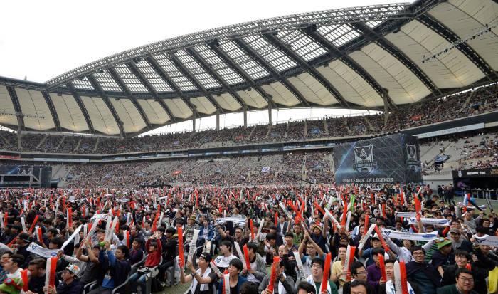 10월 상암 월드컵 경기장에서 열린 롤드컵 결승전에 몰린 4만 유료관중 인파