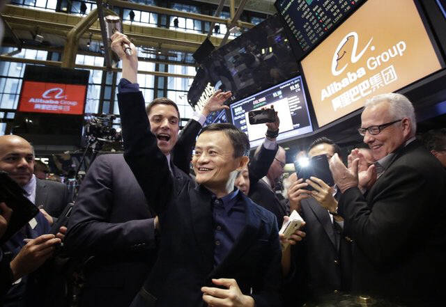 마윈 알리바바 회장이 미국 뉴욕 증권거래소에서 인사를 하고 있다.