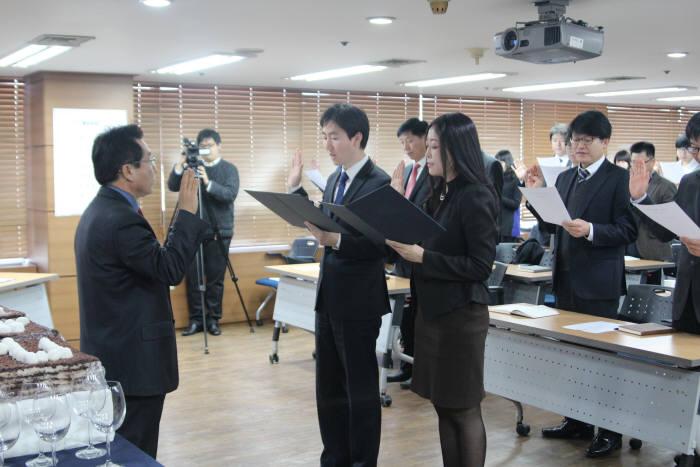 김상룡 인천정보산업진흥원장(왼쪽)과 직원들과 비전선포식에서 선서하고 있다.