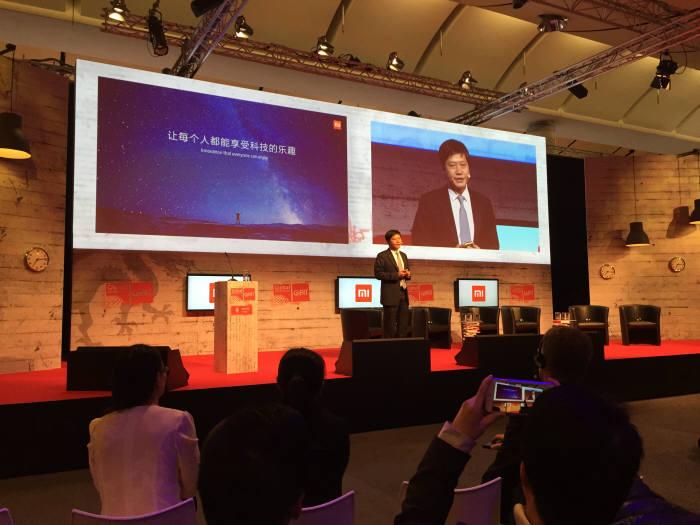 레이쥔 샤오미 최고경영자(CEO)가 자사 모바일 플랫폼 'Mi' 기반 스마트홈 솔루션 'Mi Home'을 16일(현지 시각) 선보였다. 독일 '하노버 전자통신박람회(CeBTI) 2015' 중·독 ICT 서밋(Summit)에서 레이쥔 대표가 `Mi Home`을 설명하고 있다.