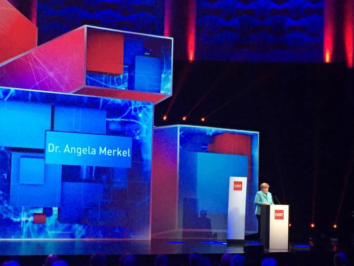 이번 `하노버 전자통신박람회(CeBIT) 2015`의 동반 국가는 `중국`이었다. 세빗 주최국인 독일과 중국은 협업을 강화하며 ICT의 미래를 이끌어나간다는 계획이다. 15일(현지 시각) 세빗 개막식에서 앙겔라 메르켈 총리가 기조연설을 하고 있다.