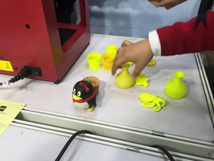 중국 질링크(zilink)가 내놓은 3D 프린터로 만든 제품들. 단돈 500달러면 3D 프린터기를 살 수 있다.