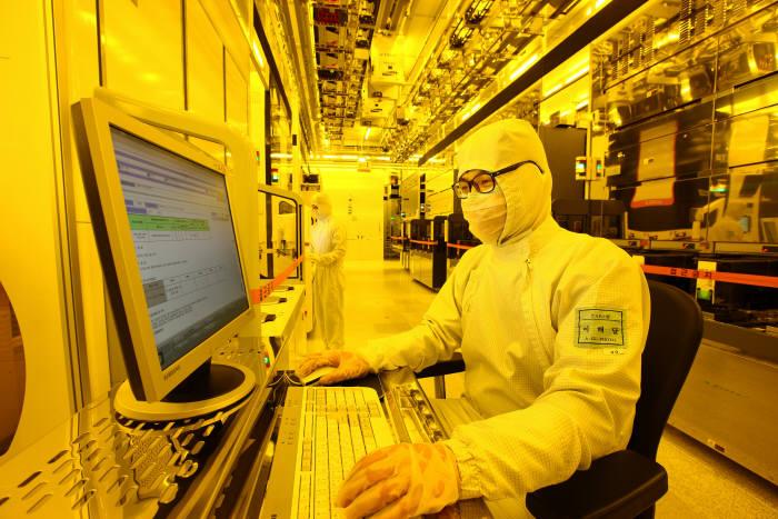 삼성전자 반도체 공장에서 연구원이 장비를 체크하고 있다.