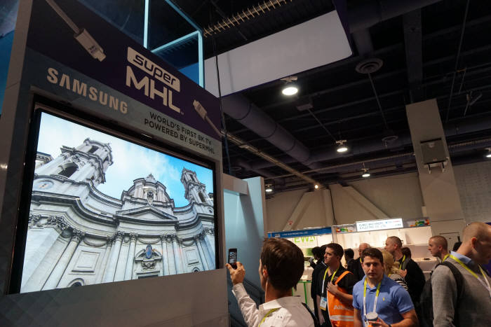 CES 2015에서 MHL이 삼성전자 8K TV와 `슈퍼 MHL`로 8K 영상 실시간 전송, 구현을 시연했다.