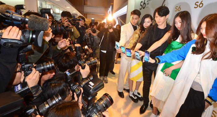 갤럭시 S6와 갤럭시S6 엣지를 선보일 '갤럭시 S6 월드투어 서울'행사가 9일 서울 서초동 삼성전자 사옥에서 열렸다. 국내 출고가는 '갤럭시S6'32GB 85만8000원, 64GB 92만4000원이다. '갤럭시S6 엣지'는 32GB 97만9000원, 64GB 105만6000원이다.<br /><div class=