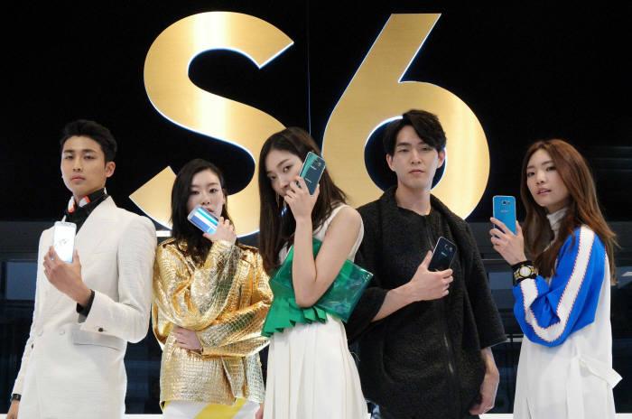 9일 서울 서초사옥 다목적홀에서 열린 '갤럭시 S6 월드투어 서울' 행사에서 모델들이 총 5가지 색상의 갤럭시S6와 갤럭시 S6 엣지를 소개하고 있다. 김동욱기자 gphoto@etnews.com
