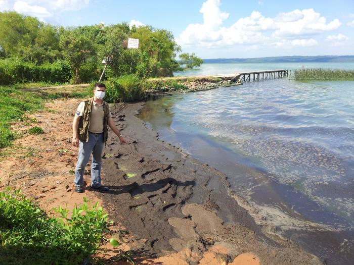 정화처리 전 오염된 이파카라이 호수 모습.