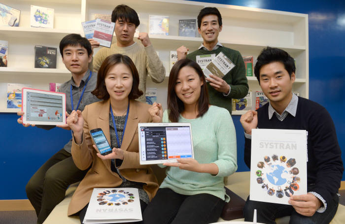 시스트란 직원들이 개발한 주요 음성 인식, 통번역 애플리케이션을 선보이고 있다.