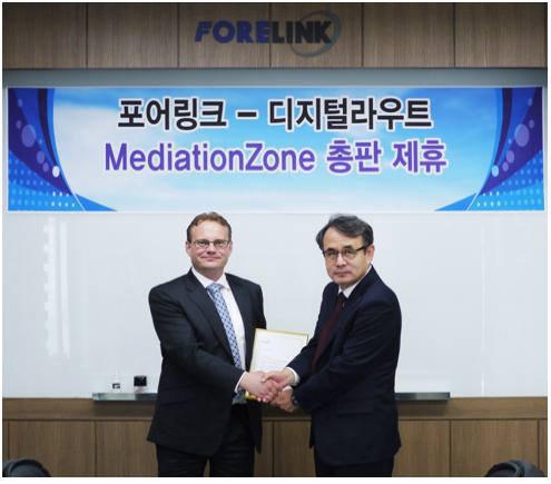 페카 앤더슨(Pekka Andersson) 디지털라우트 APAC 파트너 세일즈 총괄(왼쪽)과 송기봉 포어링크 대표가 총판계약을 체결했다.