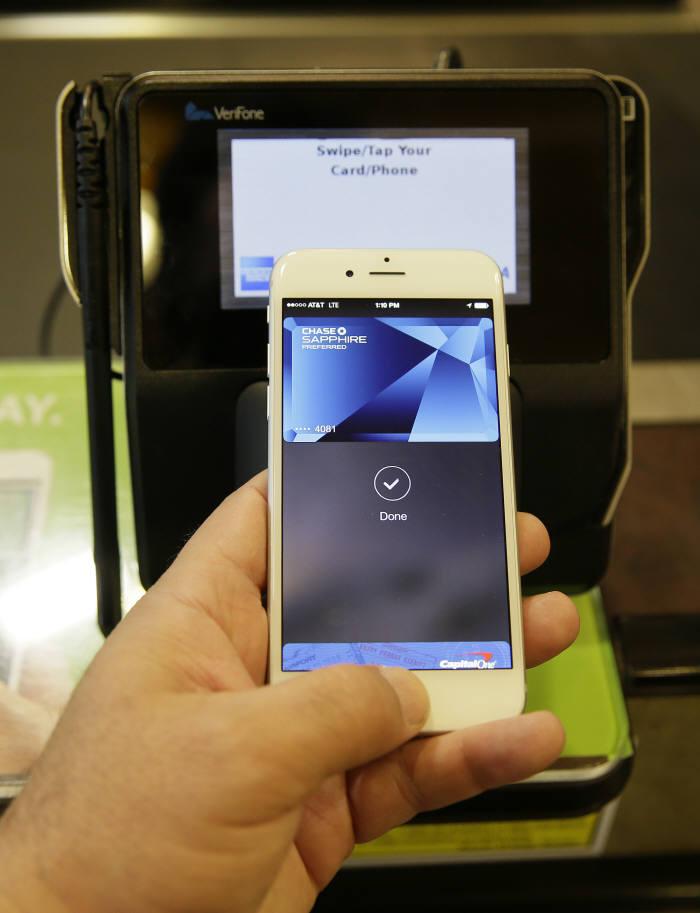 애플페이가 한국에 진출한다. 최근 하나금융그룹 및 비자카드, 국내 전업계 카드사 3~4곳과 비공개 회동을 가졌다. 국내 근거리무선통신(NFC) 결제 인프라 현황과 시스템을 점검했고, 실제 가맹점에서 결제 시연까지 마쳤다.사진은 애플페이 시연 모습.