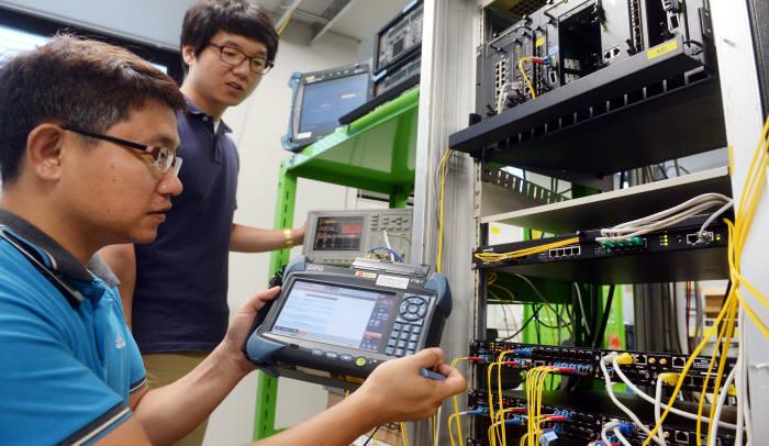한국전자통신연구원은 국내 장비업계와 협력해 네트워크 OS인 N2OS와 시제품을 개발했다. 28일 우리넷 직원들이 장비 모델실에서 장비 성능검사를 하고 있다. 안양=박지호기자 jihopress@etnews.com