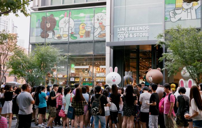 라인 자회사 `라인프렌즈`는 지난 31일, 중국 상하이에 캐릭터 관련 제품과 디저트를 함께 판매하는 '라인프렌즈 카페&스토어'를 열었다. 주말동안 5000여명이 대기할만큼 인기를 끌고 있다