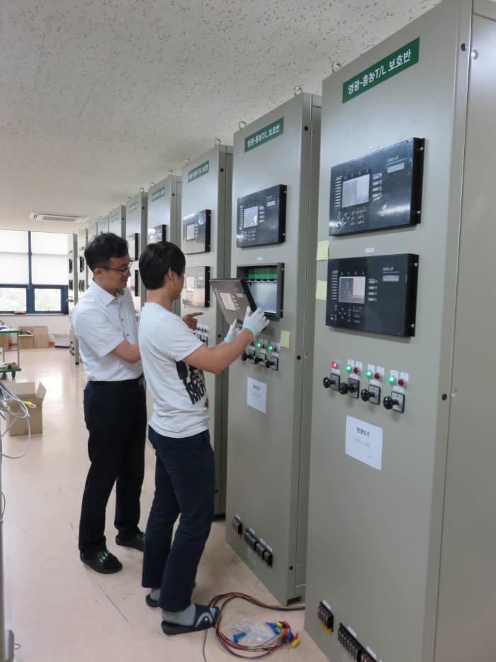 세니온 직원들이 서울 문래동사업장에서 한전에 공급할 154kV 송전선로 IED 시험 작업을 벌이고 있다.