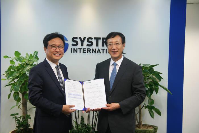 최창남 시스트란 인터내셔널 대표(왼쪽)와 임현철 바이텍정보통신 대표가 협약서를 들어보이고 있다.