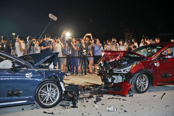 현대자동차가 내수용 쏘나타(왼쪽)와 미국향 쏘나타(오른쪽)을 정면 충돌시켜 동등 수준 안전도를 입증했다.