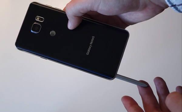 갤럭시노트5의 최신 S펜을 거꾸로 넣다간 단말기를 못쓰게 된다는 실험결과가 나왔다. 안드로이드폴리스가 실험한 동영상의 일부. 사진=안드로이드폴리스유튜브 동영상