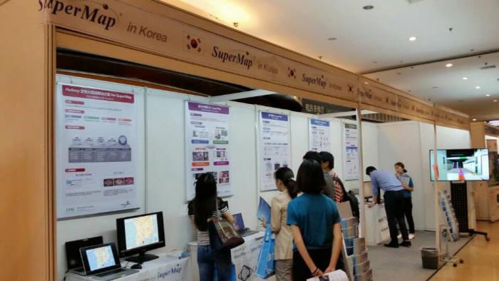 슈퍼맵이 중국 베이징 컨벤션센터에서 개최한 '2015 슈퍼맵 GIS 콘퍼런스'에 설치된 한국관에서 관람객들이 관계자로부터 설명을 듣고 있다.