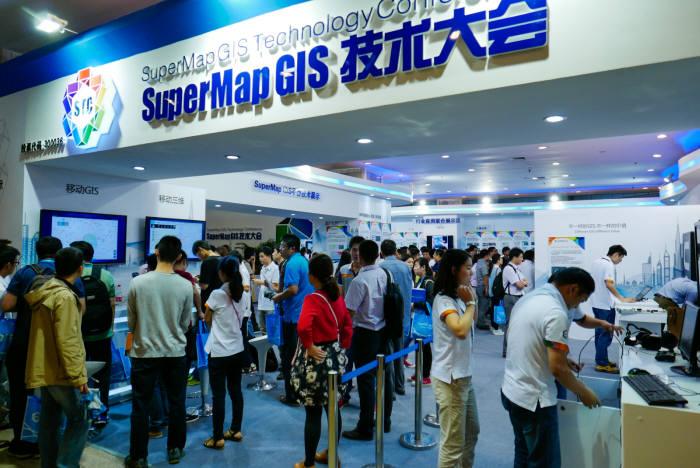 중국 베이징 컨벤션센터에서 열린 `2015 슈퍼맵 GIS 컨퍼런스`에 마련된 슈퍼맵 전시관에 관람객이 제품을 둘러보고 있다.