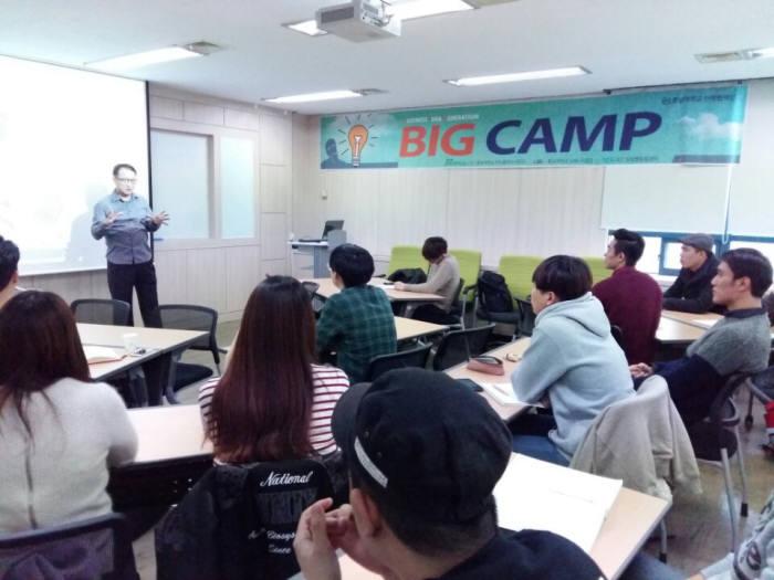 K-ICT 창업멘토링센터 주최로 열린 `캠프형 아이디어 발굴 멘토링` 행사에서 임연호 멘토가 아이디어 발굴 요령을 설명하고 있다.