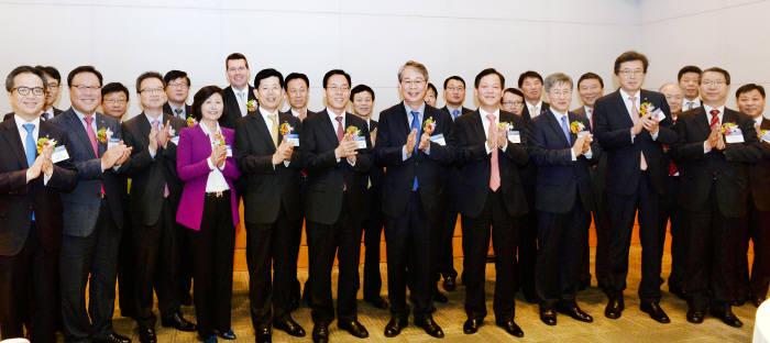 11일 '제2회 스마트금융 콘퍼런스'가 열린 서울 전경련회관에서 주요 참석자들이 핀테크 산업 활성화를 바라며 콘퍼런스 개막을 축하하고 있다. 박지호기자 jihopress@etnews.com