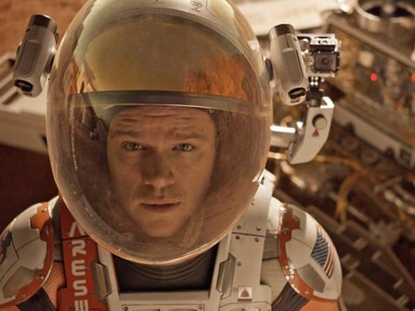 영화 마션의 주인공 마크 와트니는 지구에서 모든 것을 실은 탐사선을 타고 화성에 도착한 것으로 설정돼 있다. 하지만 MIT는 경제성을 감안할 때 장차 화성여행은 달근처에서 연료를 충전해 화성에 가게 될 것이라고 결론내렸다. 사진=20세기폭스사