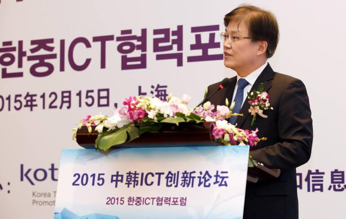 """최양희미래부 장관은 개회식 환영사에서 """"세계 각국이 한국과 중국의 ICT 산업 혁신 노력을 주목하고 있다.""""고 이야기하고, """"한-중 양국이 긴밀한 협력관계를 토대로 ICT분야에서 실질적인 협력과 파트너십을 구축하여 새로운 가치를 만들고 공동의 이익을 추구함으로써 글로벌 ICT산업 발전을 성공적으로 주도해 나가자""""고 강조했다. (사진=미래부 제공)"""